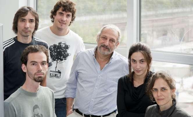 El Dr. Eduardo Arzt junto a su grupo de investigación del IBioBA.