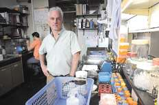 Osvaldo Podhajcer busca combatir el cáncer con virus genéticamente modificados.