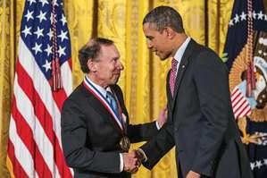 El Presidente Obama intercambió varios correos electrónicos sobre líneas de células madre con Langer en 2006. En 2013, le hizo entrega de la Medalla Nacional de Tecnología e Innovación.