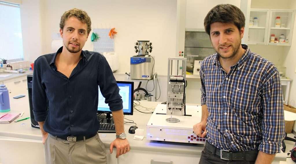 Aden Díaz Nocera y Gastón Galanternik, de Life SI, junto a la impresora 3-Donor.