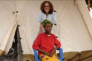 Fernanda Méndez Boggi con Thérèse, que sobrevivió al Ébola. Foto: Médicos sin fronteras
