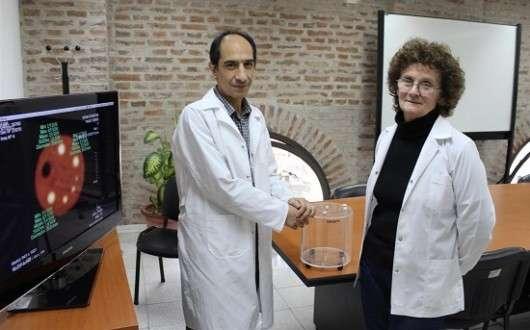 La licenciada Amalia Pérez y el doctor Alejandro Valda de la Escuela de Ciencia y Tecnología (ECyT) de la Universidad Nacional de San Martín (UNSAM)