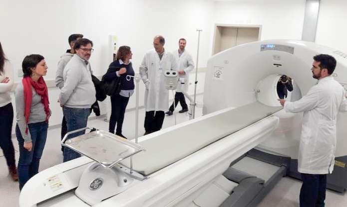 El físico médico Humberto Romano muestra a los periodistas el PET híbrido (tomógrafo emisor de positrones y tomógrafo computado).