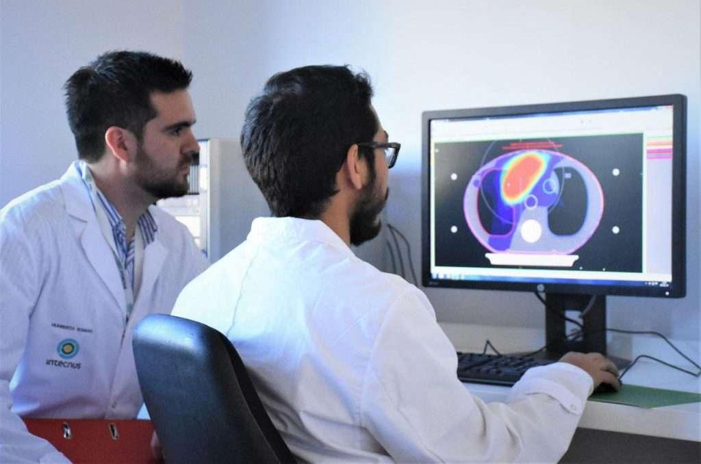 Profesionales trabajando en la Sala de Planificación del Servicio de Radioterapia. Humberto Romano Intecnus Bariloche