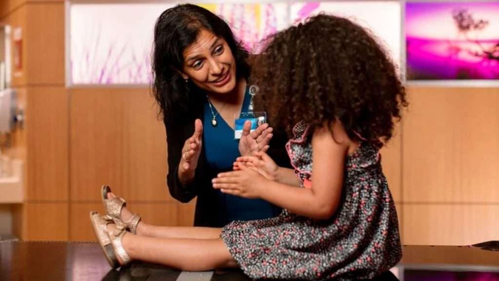 Mahajan de Mayo Clinic se especializó en la atención de niñas y niños que son afectados por diferentes tumores. Apuesta a reducir los efectos adversos con la terapia de protones