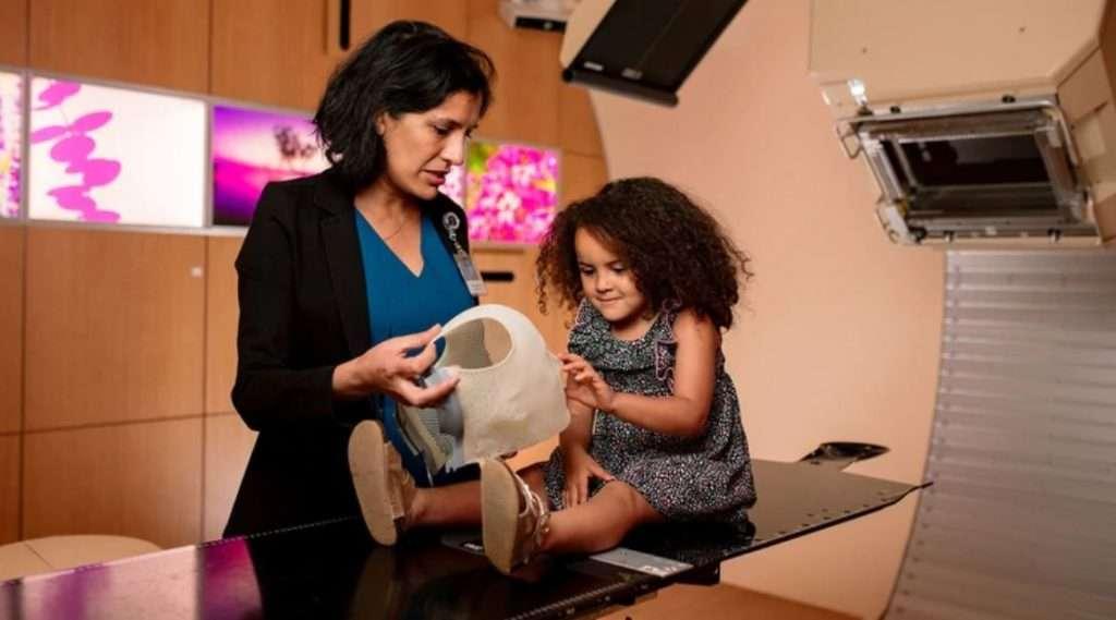 La doctora Mehajan comentó a Infobae que aún faltan estudios a largo plazo sobre el impacto de la terapia de protones en los pacientes infantiles